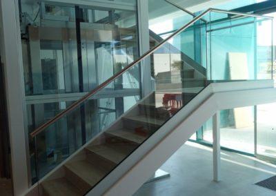 Baño, cabinas sanitarias, revestimiento escaleras en Ball