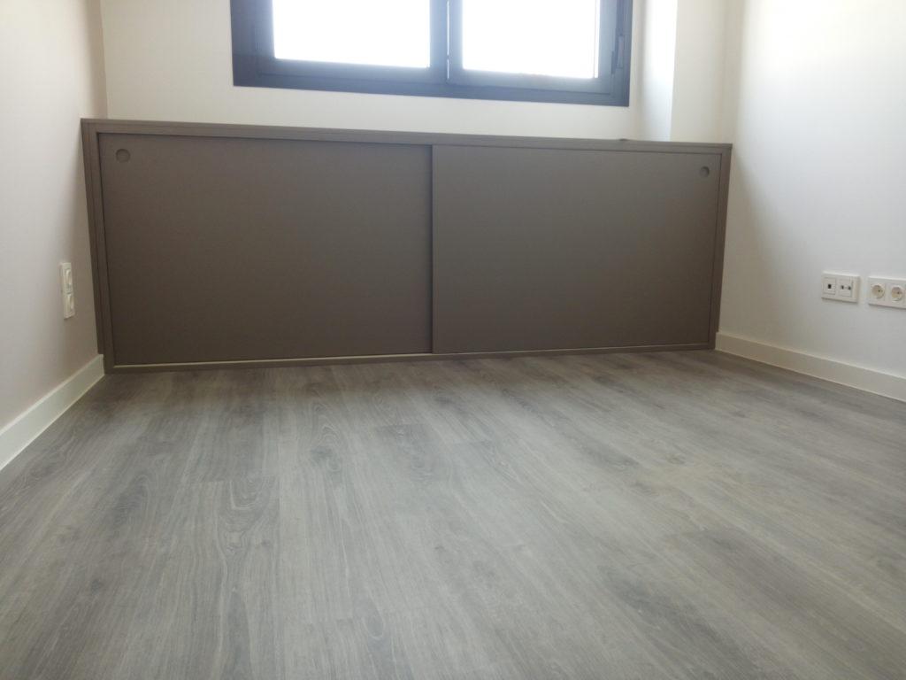 suelo laminado de madera con armario a medida